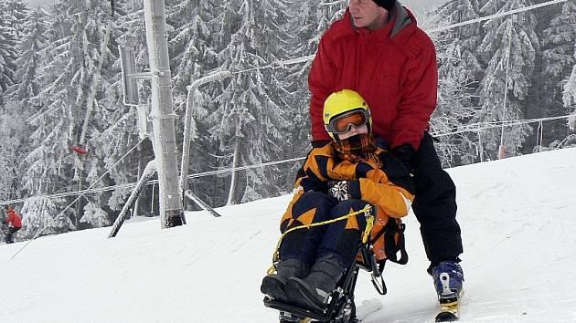 Jízdu na tzv. monoski si vyzkoušel také dvanáctiletý Vojta Bosák s vodičem – asistentem Václavem Dlouhým