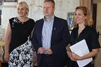 Starostka Letů Blanka Hlavínová s ministrem životního prostředí Richardem Brabcem a krajinářskou architektkou Martinou Forejtovou.