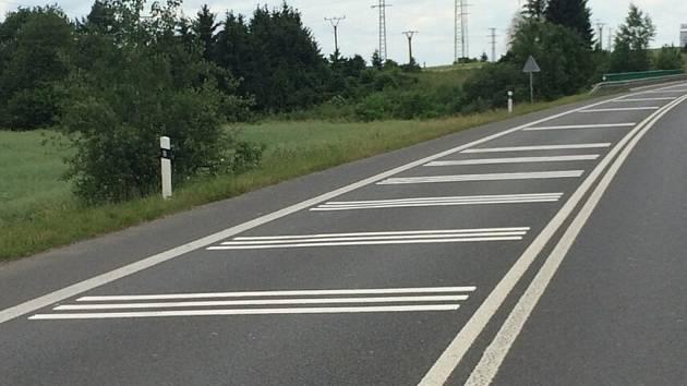 Optická psychologická brzda s akustickým efektem na silnici I/20 u odbočky na Semice.