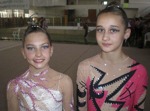 Na snímku z mistrovství ČR v moderní gymnastice nadějí v Praze jsou závodnice klubu RG Proactive Milevsko: Karolína Kreisslová (vlevo) a Leticie Kochová.