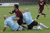 Snímek je z utkání minulého kola třetí fotbalové ligy, ve kterém Sezimovo Ústí doma remizovalo s Pískem 2:2. Domácí Kochlöfl (č. 3) a Martínek takto zastavili průnik píseckého Kubiše.