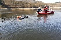 Orlická vodní nádrž vydala tělo sebevraha. Snímek je z pátrací akce, při které policisté ve vodě našli dvoje kosterní ostatky.
