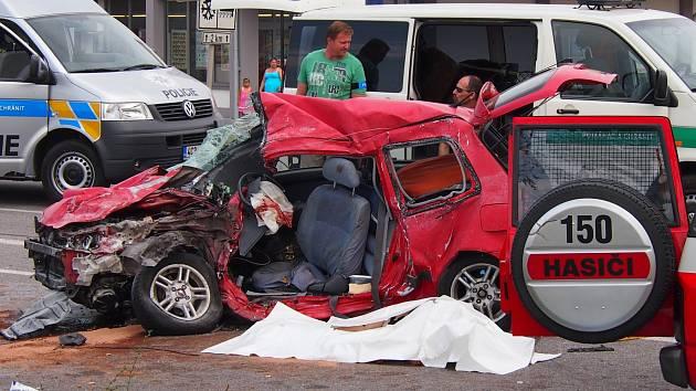 TRAGICKÁ NEHODA. Dopravní nehoda u Protivína si ve čtvrtek 23. července vyžádala dvě oběti. Srážku s nákladním automobilem nepřežili muž a žena cizí národnosti.