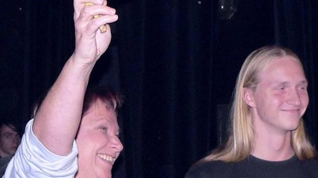 OCHRANU PŘEDEVŠÍM! Do programu se zapojila i místostarostka Eva Veselá. Na snímku se raduje z vítězství vsoutěži o navlečení kondomu na banán.