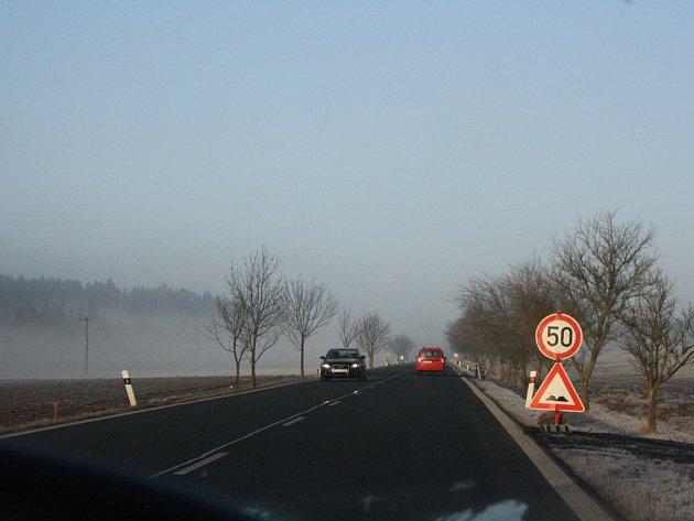 Před nerovností na silnici varuje dopravní značení.