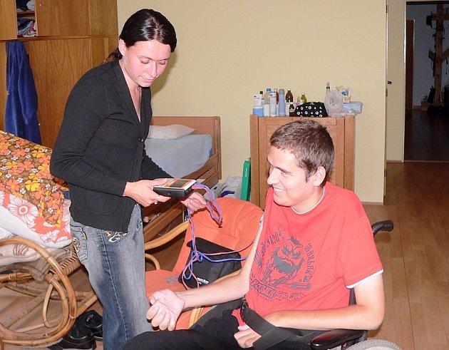 VYSOKOŠKOLÁK JAKUB. Déle než rok a půl již dochází asistentka Lucie Rothbauerová k Jakubu Lepičovi z Písku, který je po nešťastném skoku do rybníka čtvrtým rokem upoután na invalidní vozík. Jakub dnes studuje teologickou fakultu.