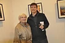 Fotograf Jan Starý s maminkou Miriam  na vernisáži své výstavy v galerii Portyč v Písku.
