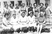 HISTORIE. Na  snímku je první kolektiv  učitelek 8. mateřské školy v Zeyerově ulici, kam děti poprvé přišly 1. června 1966. Mezi učitelkami jsou také zdravotní sestry , které se staraly o nejmenší děti z jeslí. Možná se někdo na snímku pozná.