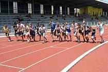 Start rozběhu mladších žáků na 800 m, druhý zprava je chyšecký Josef Jakeš.