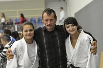 Na snímku je úspěšná výprava judistů SKP Písek. Zleva stojí: Alice Matějčková, trenér Miloslav Mikeš a Zuzana Hadašová.