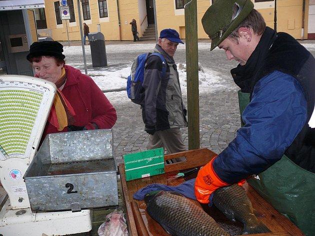 Václav Jačka a Lukáš Lid prodávají od úterý vánoční kapry Blatenské ryby na Velkém náměstí v Písku.