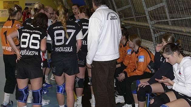 Trenér píseckých házenkářek Jan Salač uděluje pokyny svým hráčkám při oddechovém čase v sobotním utkání Interligy házenkářek, ve kterém Písek zvítězil nad Veselím n/Moravou 32:31.