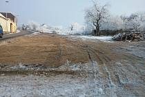 Město Písek v části Hradiště vykoupilo bývalý statek, nechalo jej zbourat, aby mohlo rozšířit silnici a postavit chodník.