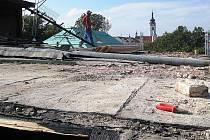 I když město Písek původně uvažovalo jen o opravě Divadla Fráni Šrámka, zejména havarijní stav stropu nad hledištěm byl důvodem k celkové rekonstrukci budovy. Snímek je z počátku stavebních úprav, kdy se pracovalo na střeše historické budovy.