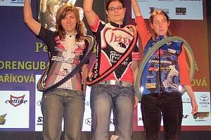 TŘI NEJLEPŠÍ. Na stupních vítězů jsou tři nejlepší juniorky do 18 let letošní Galaxy série: zleva druhá Andrea Drengubáková, vítězná Petra Krbová a třetí v pořadí Michaela Jordánová.