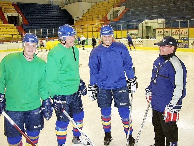 Z archivu: Před zahájením jednoho z tréninků na ledě naslouchají pokynům trenéra Jan  Rybáčka hráči Petr  Kica,  Milan Filipi a Libor Nikodém.
