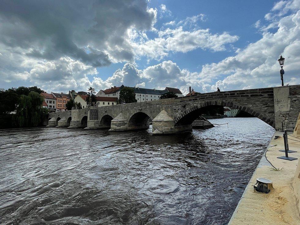 Kamenný most získal díky čištění světlejší odstín.