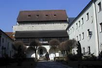 Nádvoří bývalého píseckého hradu, v jehož dochované části sídlí Prácheňské muzeum.