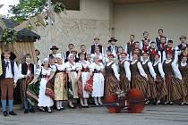 Folklorní soubor Písečan a soubor ze Smiltene na spoelčném snímku v Lotyšsku.