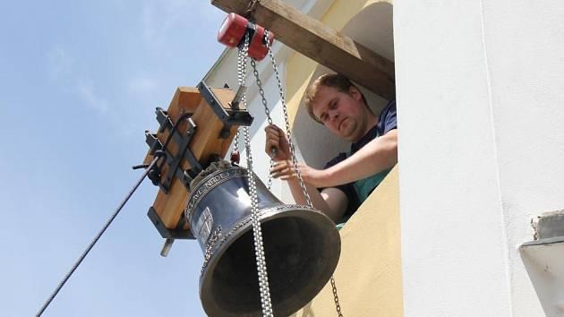 Kaple dostala nový zvon a historický zaujal místo na hradě Zvíkov.