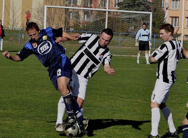 Domácí Kosík (vlevo) bojuje o míč s Pilsem, všemu přihlíží vpravo Doubrava. V dalším jarním utkání krajského přeboru zvítězili fotbalisté Milevska nad Kaplicí 3:0.