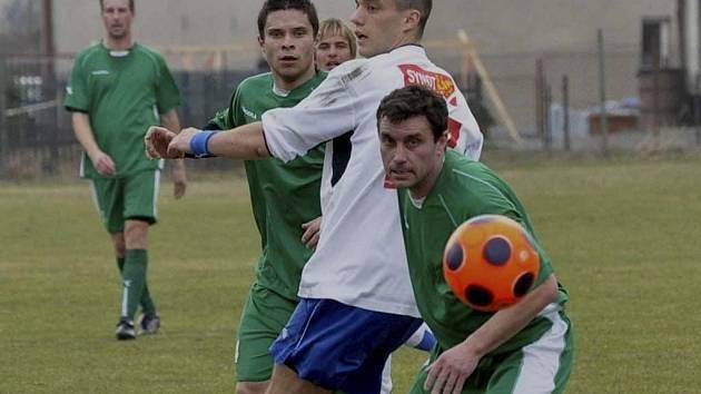 V utkání krajského přeboru zvítězili fotbalisté Čížové nad týmem z Hluboké nad Vltavou 3:1. Na snímku jsou v akci domácí hráči Moravec a Sláma, mezi nimi je hostující Dudek. Vzadu vlevo všemu přihlíží Rybák.