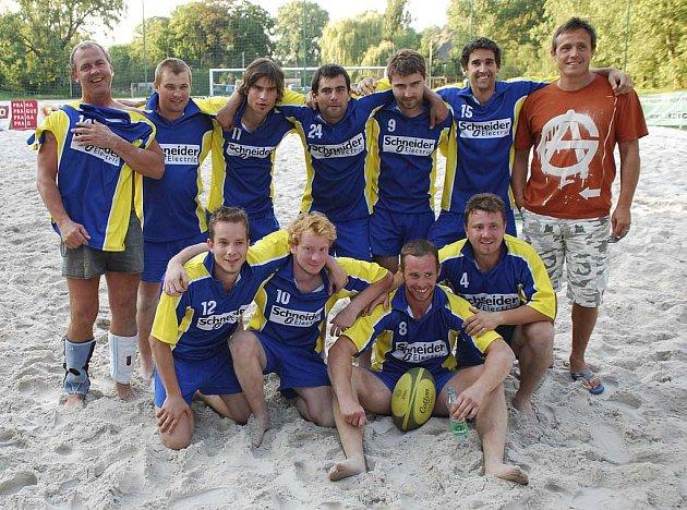 Na snímku jsou hráči týmu RC Písek, kteří v kategorii kontaktního ragby skončili v pražském turnaji na desátém místě.