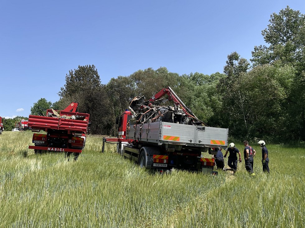 V pondělí hasiči u Jickovic na Písecku odklízeli trosky letounu, který tu havaroval v neděli večer. Ve stroji zahynul rakouský pilot Rainer Steinberger.