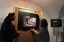 VÝCVIK a nasazení chrudimských výsadkářů dokumentuje výstava, která bude poprvé otevřena v sobotu odpoledne. Snímek je z přípravy výstavy.