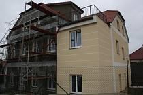 KUČEŘŠTÍ řešili, co s bývalou školou dál. Rozhodli se pro výstavbu bytů, které budou brzy dokončené. Snímek je ze začátku září.