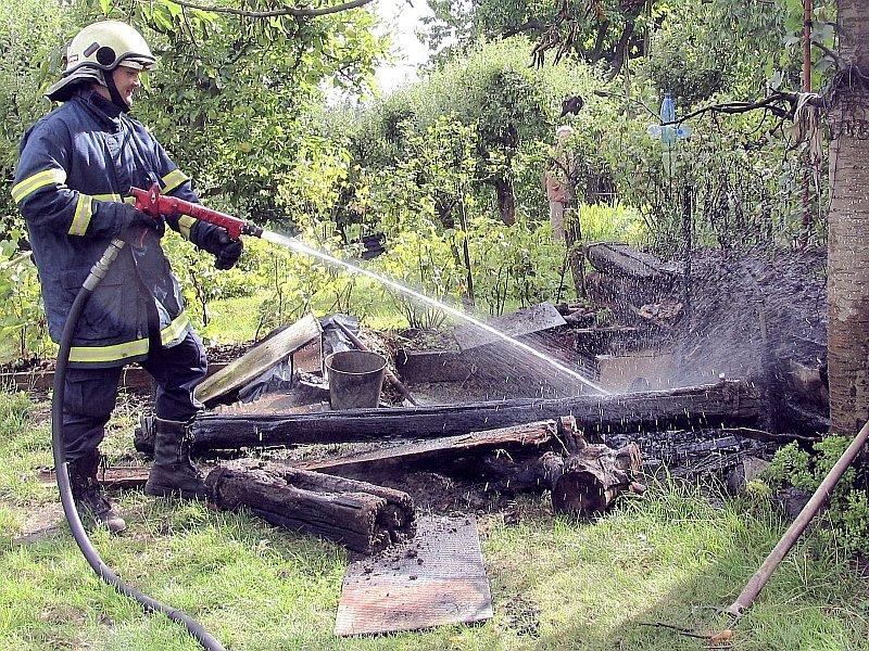 Na fotografii likvidují písečtí hasiči požár, který zavinilo ponechání neuhašeného ohniště bez dozoru v jedné zahrádkářské kolonii.