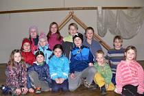 NA ZKOUŠCE. Děti z obce Hrejkovice dnes potěší obyvatele vystoupením Co se stalo v Betlémě. Snímek je z jedné z posledních zkoušek.