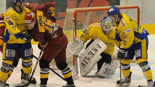 V sobotním utkání první ligy zvítězili hokejisté Písku nad Duklou Jihlava 3:2 po samostatných nájezdech. Na snímku domácí Martin Semrád (vlevo) brání Ondřeje Pěšku, všemu přihlížejí brankář Dominik Halmoši a Zdeněk Šperger.