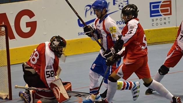 Snímek je z úvodního zápasu hokejbalistů Česka kategorie U20, kteří v pondělí na mistrovství světa v Písku přehráli Švýcarsko vysoko 11:0.