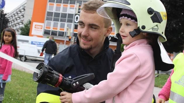 Děti viděly ukázky hasičské techniky.