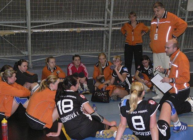 Trenér píseckých házenkářek Jan Salač (vpravo) domlouvá svým hráčkám o přestávce interligového utkání s ŠKP Bratislava, ve kterém Písek prohrál 22:32.