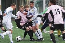 Domácí hráči Miroslav Zach (u míče) a Marek Masopust, kterým se snaží zabránit ve střelbě Svoboda, z této šance brankáře hostí Skálu nepřekonali. V utkání minulého kola fotbalové divize remizovalo Milevsko se Strakonicemi 0:0.