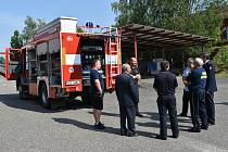 Předání vozidla mirovickým hasičům.