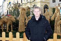 DOMA V PÍSKU. Vánoční svátky si fotbalový záložník Štěpán Koreš hodlá užít v domácím prostředí. Na Velkém náměstí v Písku si už stačil prohlédnout slaměný betlém.
