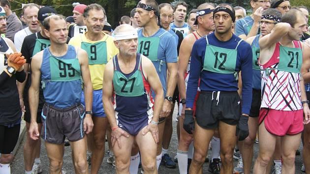 Na snímku krátce před startem hlavního závodu mužů stojí (zleva): č. 95 Jiří Jansa, č. 9 Karel Boháč, č. 27 Svatopluk Pour, č. 12 Erwin Beshir, č. 37 Bohuslav Rodina a č. 21 Roman Budil.