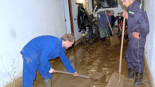 Po přívalovém dešti byli dobrovolní hasiči okamžitě na nohou. Na snímku pomáhají sepekovským občanům.