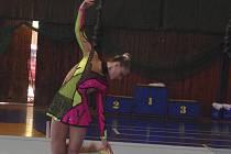 Lada Karlová (na snímku při cvičení s obručí) ze Sokola Písek vybojovala na Mistrovství ČR moderních gymnastek kategorie dorostenek v Jablonci stříbrnou medaili.