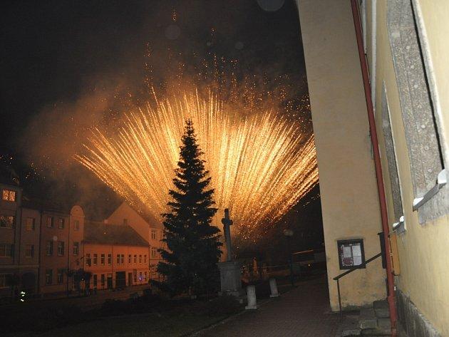 Velkolepý ohňostroj  sledovalo dvanáct tisíc lidí. Přijeli z okolí Protivína i ze vzdálenějších míst. Program zahájila  skupina Queen revival  Princess.