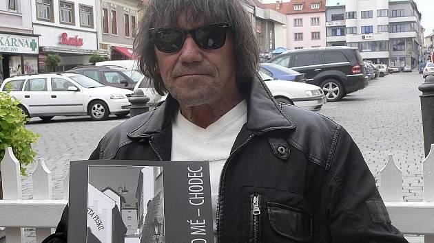 Jaroslav Hübl se sice narodil v Hradci Králové, ale od svých tří měsíců žije v Písku a sám se považuje za Písečana. Rád chodí ke kostelu Svaté Trojice a jeho okolí. Denně chodí kolem řeky Otavy a téměř denně také fotografuje.