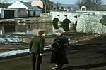 Poslušně hlásím se natáčelo v Putimi na Písecku. Na fotce z filmu putimský most.
