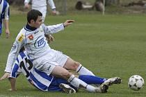CENNÁ VÝHRA. Domácí Mašek fauluje unikajícího Komárka v nedělním utkání krajského přeboru v kopané, ve kterém Hluboká doma prohrála s týmem FC ZVVZ 0:2.