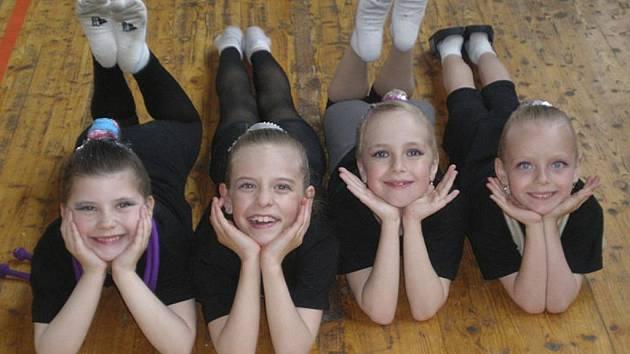 Milevské gymnastky na závodě v Chomutově. Zleva leží: Natálie Kotašková, Vivien Němečková, Tereza Kutišová a Sabina Kubíčková.