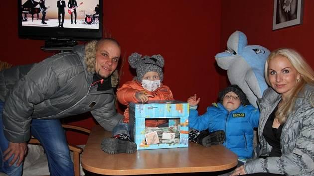 Nemoc tříletého Robinka rodinu rozdělila. Maminka s ním zůstává v motolské nemocnici. Starší Radim zůstává s tátou v Písku.