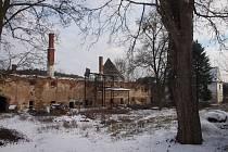 SOUČASNÝ STAV. Takto vypadá ruina, která zůstala po zámečku v Srlíně. Úplně vpravo  – za stromy – je část objektu, která je obydlená. Dostala ji rodina, která při požáru v roce 1947 přišla o všechno.