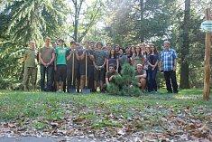 Studenti zasadili třídní strom.